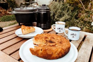 Ein leckerer Apfelkuchen aus dem Dutch Oven, perfekt zum Kaffee